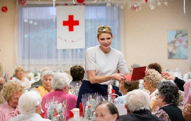 Княгиня вручает подарки жителям дома престарелых
