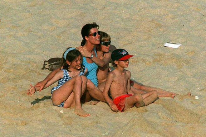 Каролина с детьми, Пьер в центре