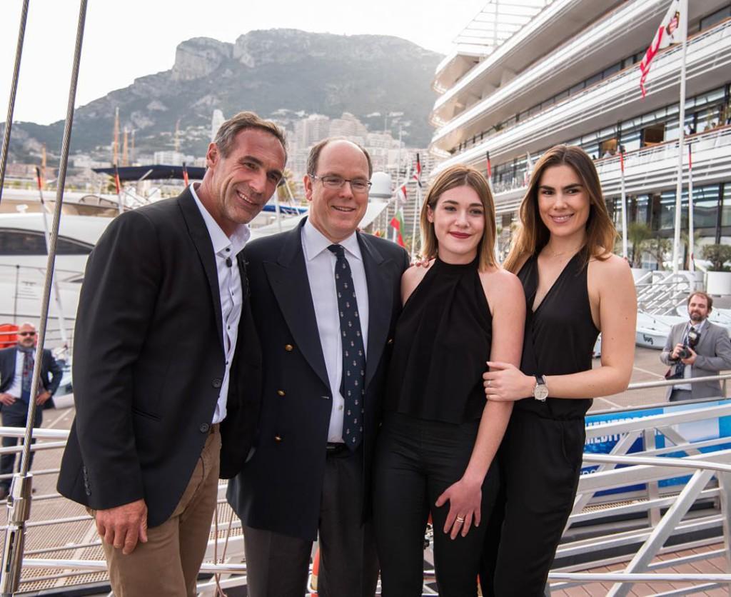 Князь Альбер II с Майком Хорном и его дочерьми Джессикой и Анникой