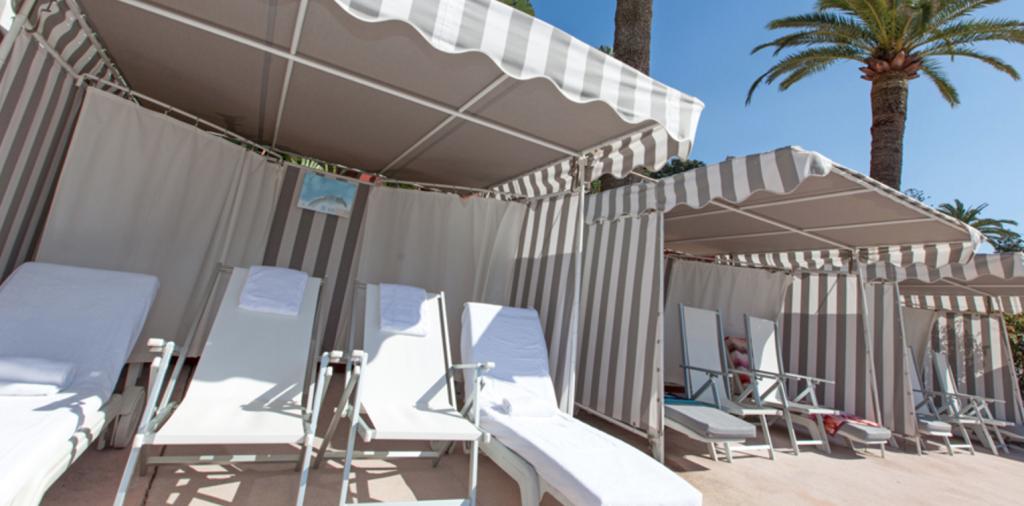 Шезлонги на пляже отеля Monte-Carlo Beach