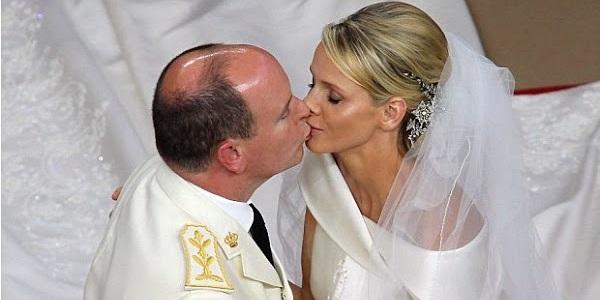 Поцелуй Альбера и Шарлен на свадьбе