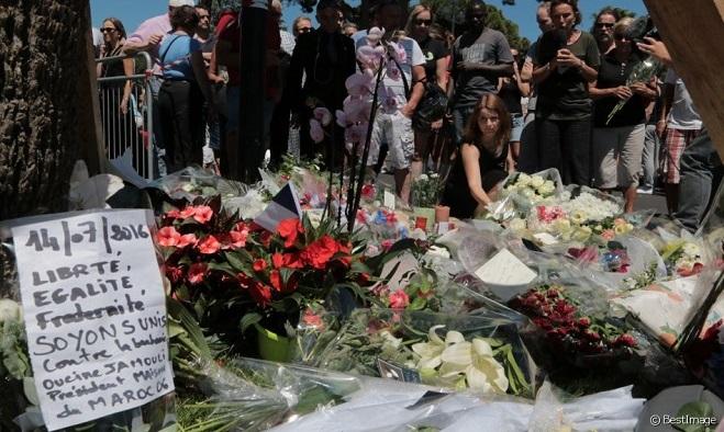 Цветы на месте трагедии в Ницце