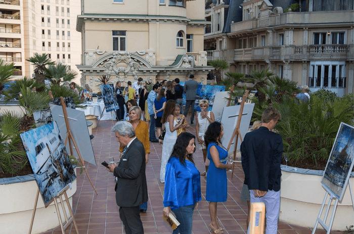 Посетители выставки Дарьи Усовой