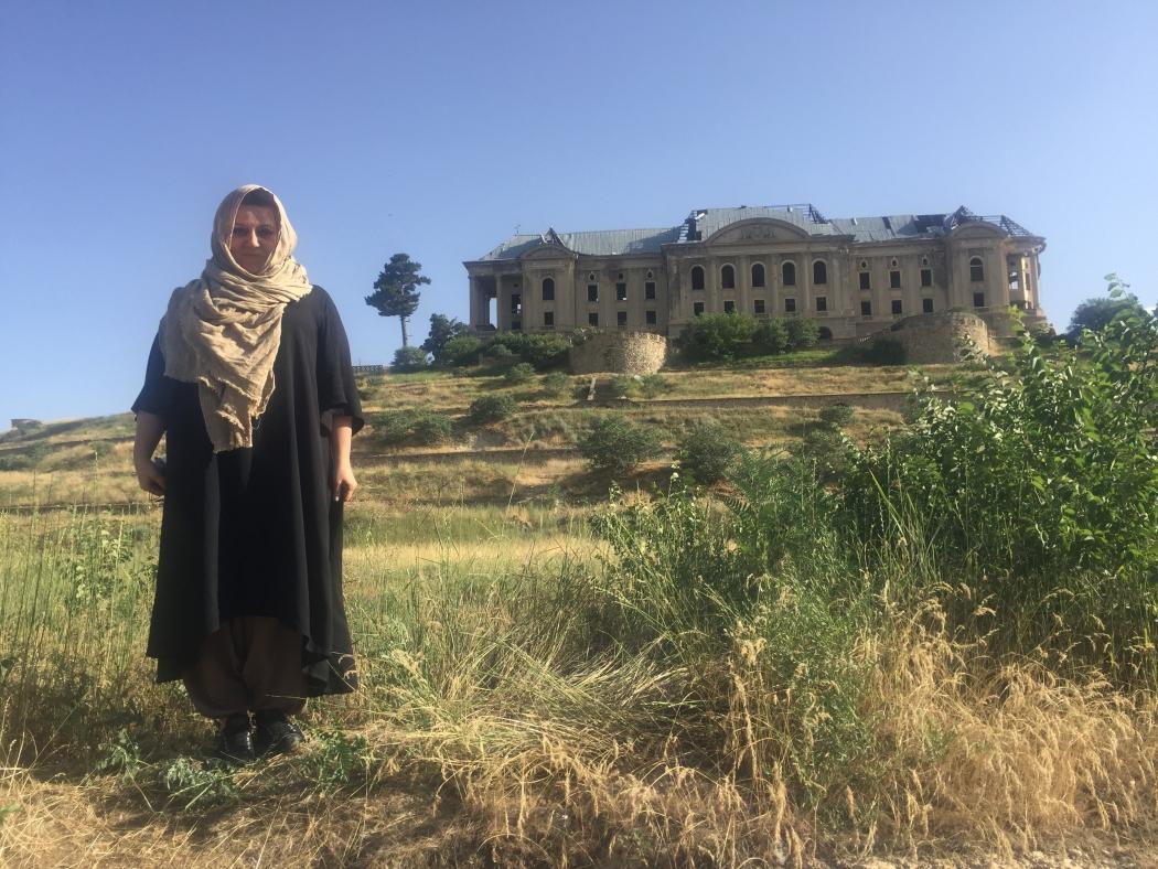 Оксана на фоне дворца Амина