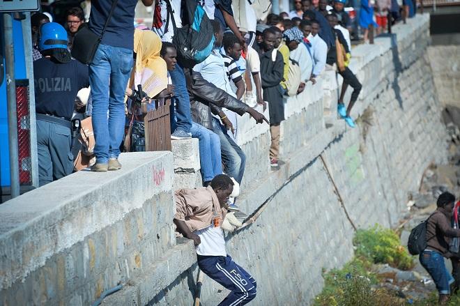 Мигранты перебираются через границу