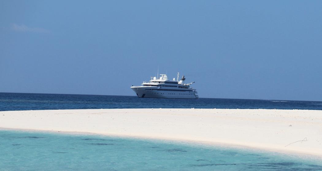 Яхта Lauren L на море