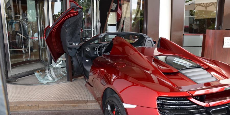 McLaren въехал в отель в Каннах
