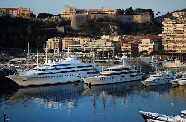 Яхты в порту Эркюль в Монако