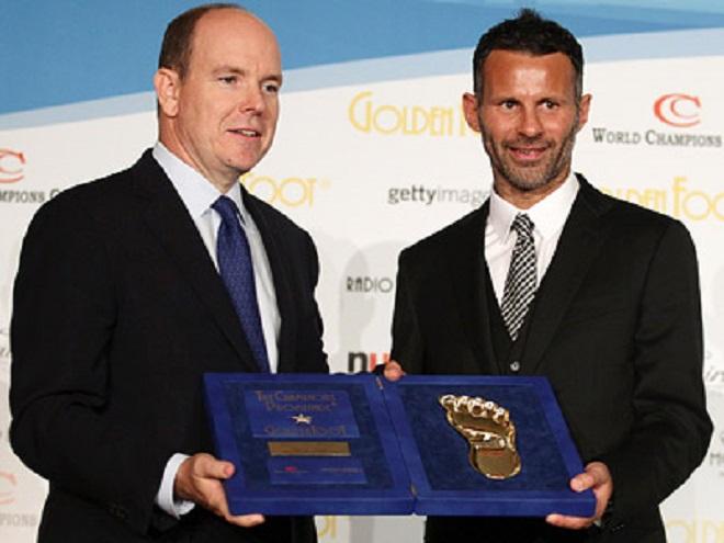 Князь Монако Альбер II вручает премию Райану Гиггзу
