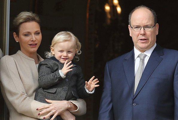 Княжеская семья на балконе резиденции