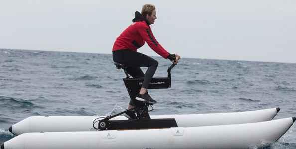 Шарлен на соревнованиях на водных велосипедах.