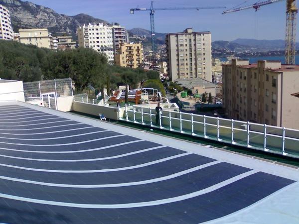 солнечные панели на крыше школы в монако