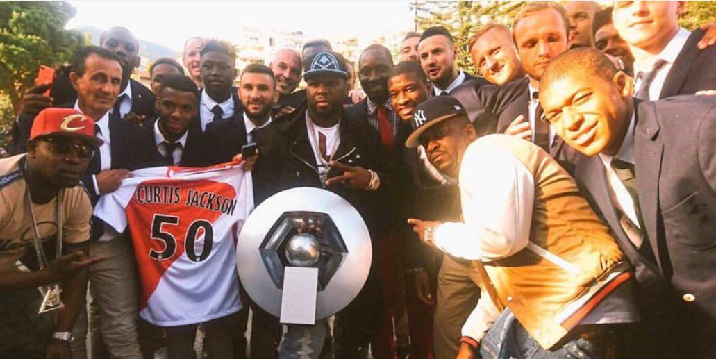 Футболисты Монако празднуют победу