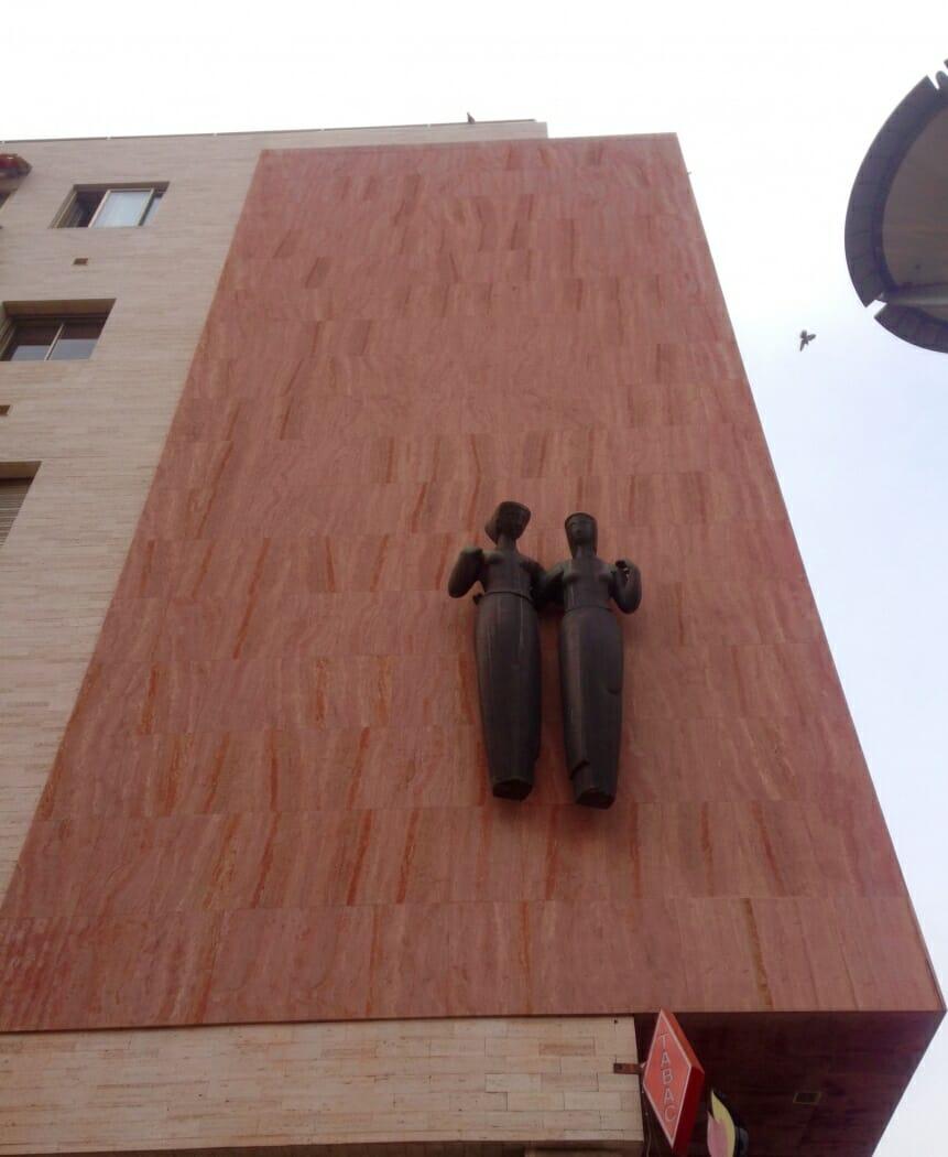 "Скульптура ""Две женщины"""
