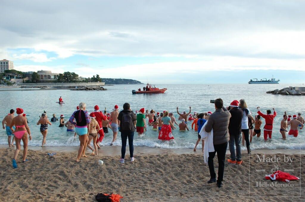 Жители Монако искупались в море перед Рождеством