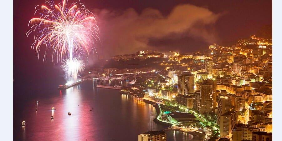 Празднование Нового года и фейерверк в Порту Монако