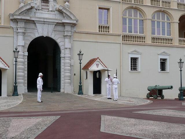 Малоизвестные факты о Монако:смена караула княжеской гвардии