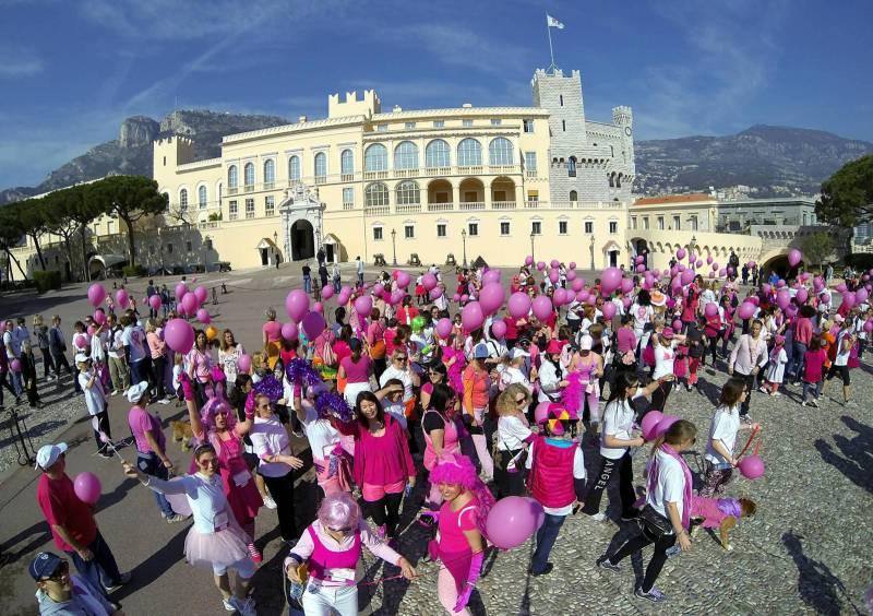 Здания в розовом цвете в поддержку больных раком