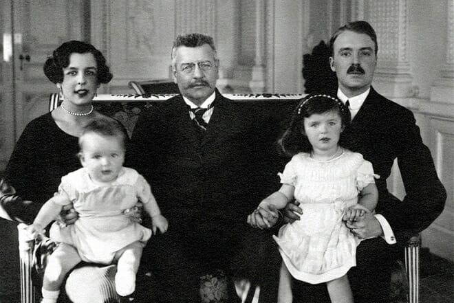 Луи II с дочерью Шарлоттой Гримальди, её мужем графом Пьером де Полиньяком и детьми, будущим Князем Ренье III и его сестрой Антуанеттой