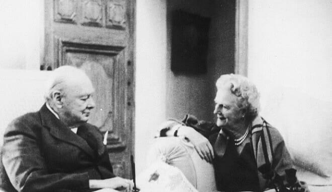 Уинстон Черчилль с супругой отмечают золотую свадьбу