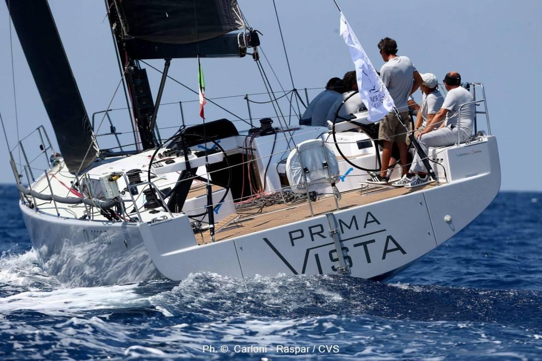 Команда Maxi Vera пересекает финишную черту первой в регате Палермо - Монте-Карло