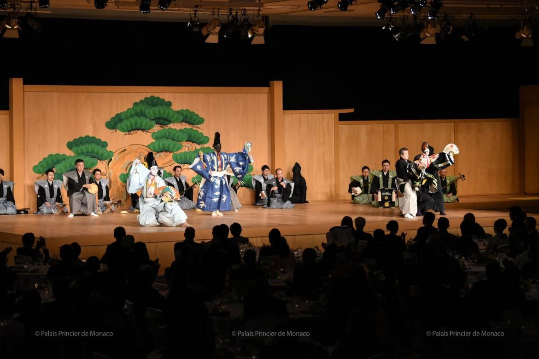 Дела княжеские: Альбер II на церемонии вступления императора Японии на престол