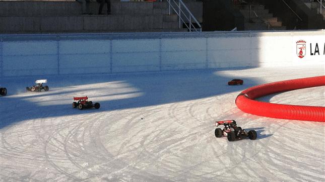 Соревнования радиоуправляемых электромобилей на открытом катке