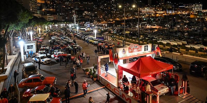 """Историческое ралли Монте-Карло: """"дефиле"""" легендарных гоночных автомобилей в Монако"""