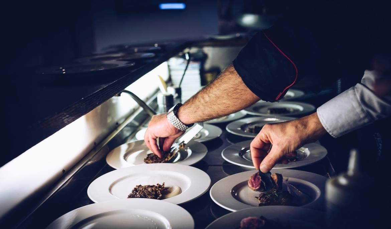 "Шеф-повар ""звёздного"" ресторана готовит для персонала госпиталя"