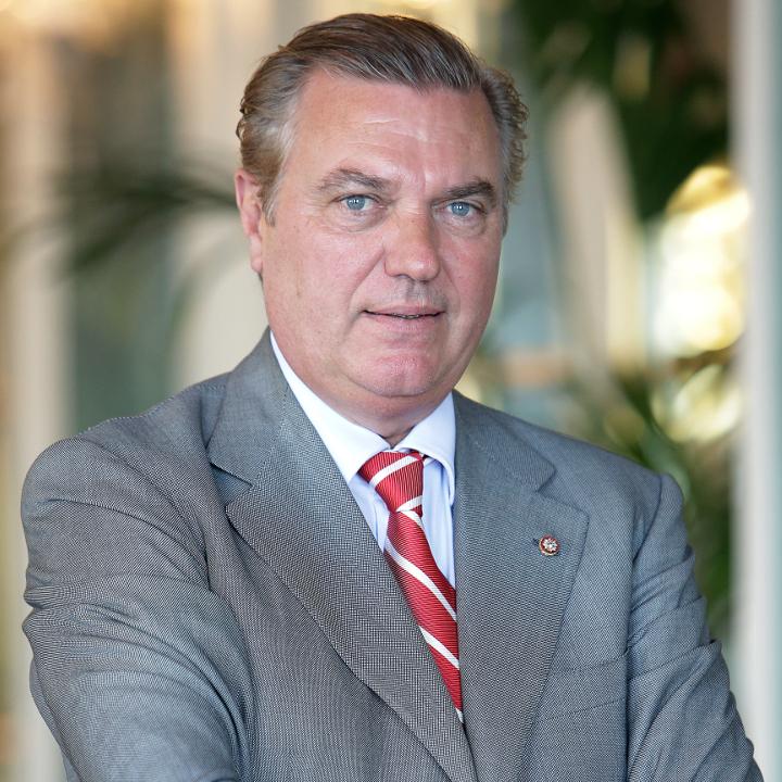 Интервью с Его Королевским Высочеством Карло Бурбон-Сицилийским о его поддержке госпиталей Монако и Италии во время эпидемии