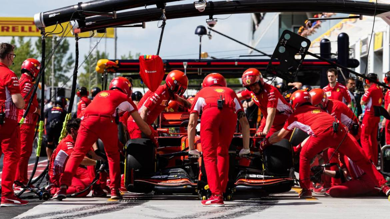 Шарль Леклер готовится к старту в Гран-при Монако