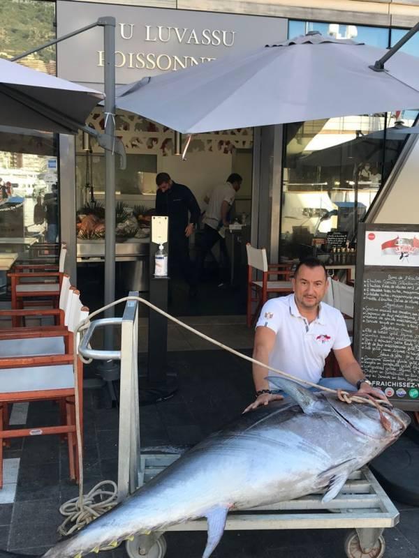 Невероятный улов: рыбак из Монако выловил тунца весом 113 кг